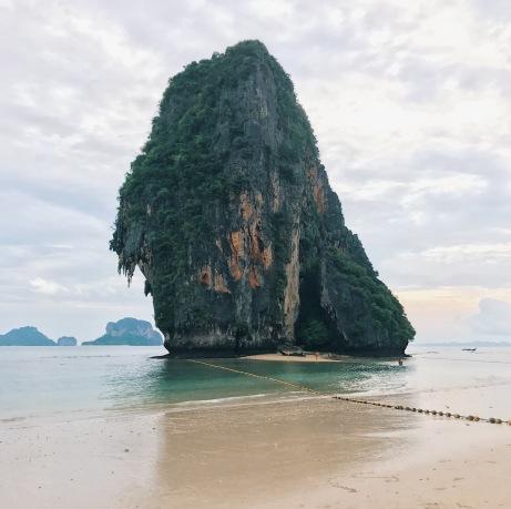 海上的石灰岩大石柱